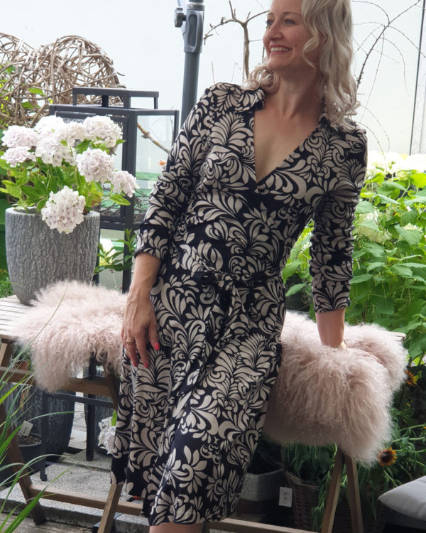 ivonne-noebel-mit-elegantem-kleid