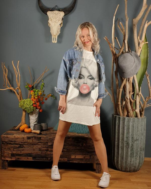 ivonne-noebel-mit-shirt-jeansjacke-vor-wand-mit-dekoration