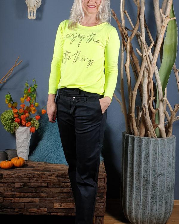 schwarze-hohe-highheels-neon-shirt-funky-staff