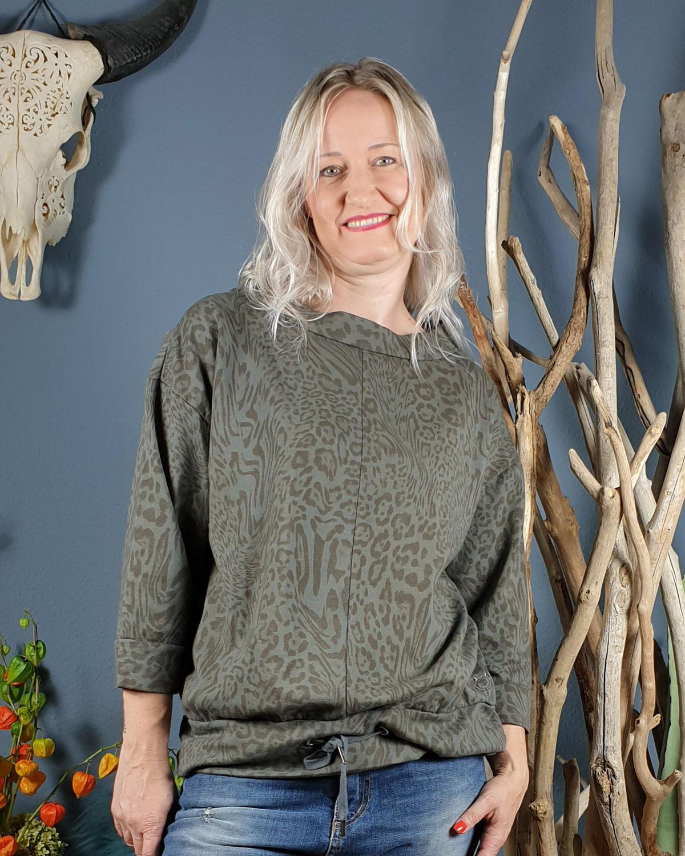 frau-mit-sportlichem-leo-look-sweatshirt